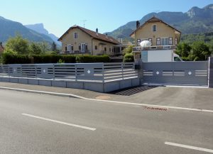 Portail-Coulissant-clôture-Aluminium-blanc-Rumilly