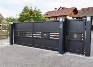 Portail-coulissant-portillon-Aluminium-gris-Reignier