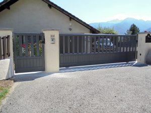 Portail-coulissant-clôture-Aluminium-gris-Ornex