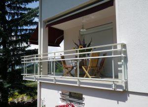 Balustrade-pour-balcon-Aluminium-une-lisse-verre-gris-Pringy